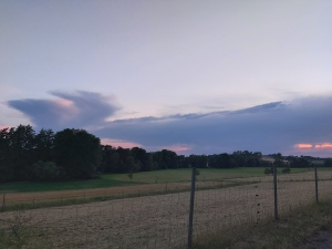Sonnenuntergang, August 2020, rote, blaue, lila wolken in walform